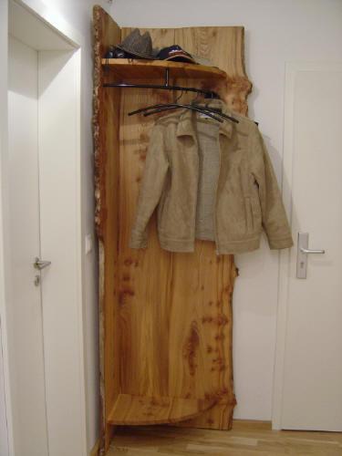 Schreinerei mit besonderen ideen massivholzm bel zur for Garderobe vom schreiner